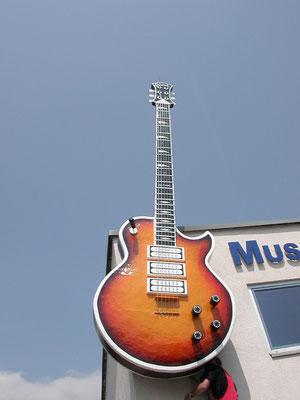 """Themenbezogene Werbeanlage """"Gitarre"""""""