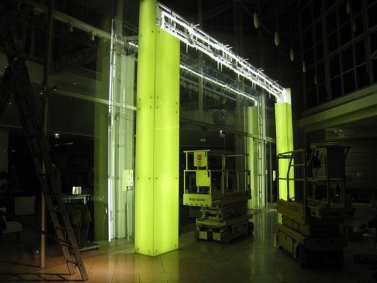 Glasporta hinterleuchtet und beklebt - Montage II