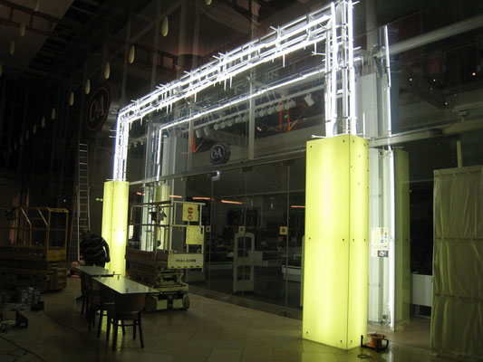 Glasporta hinterleuchtet und beklebt - Montage I
