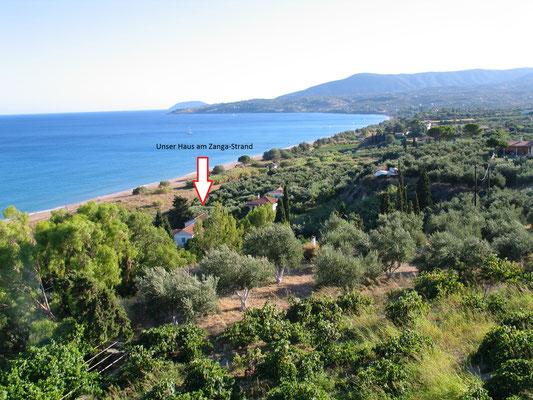 Blick vom Parkplatz der Grundschule auf den Zaga-Strand und das Ferienhaus