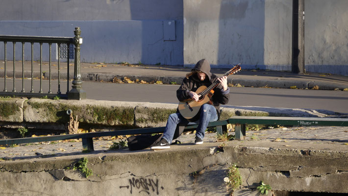 Guitariste, Canal Saint Martin ,75010 Paris, F,