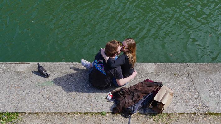 Baiser, Couple, Canal Saint Martin, 75010 Paris, F,
