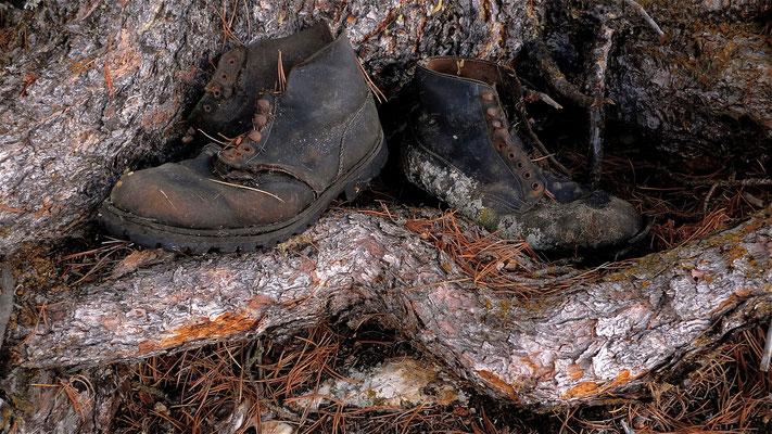 Chaussures abandonnées, Pralonzet, Zinal, Anniviers, Valais, Suisse, Ch,  P1100378.JPG.jpg