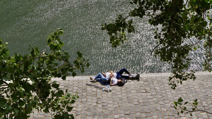 Couple, béquilles, Quai des Orfèvres, 75001 Paris, F,