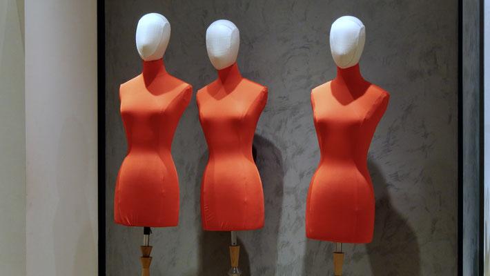 Mannequins rouges, Bon Marché, 75006 Paris, F,