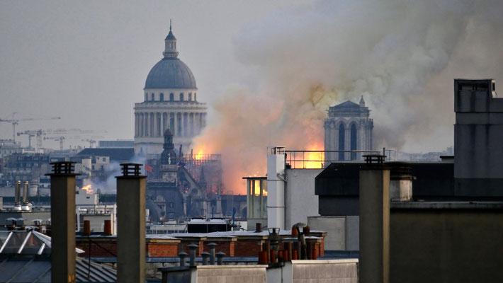 Notre Dame de Paris en feu, depuis Parodi,  75001 Paris, F