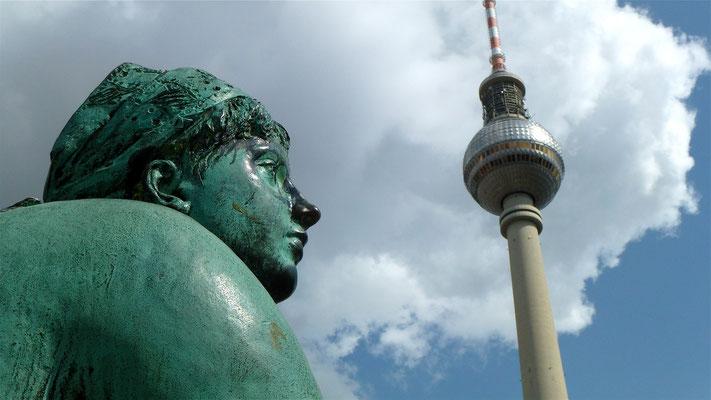Statue Fontaine, Tour Fernsehturm, Alexander platz, Berlin, D,   P1030034