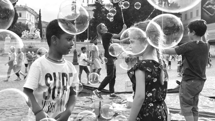 Enfants, bulles de savon, Piazza del Popolo, Rome RM, Italie