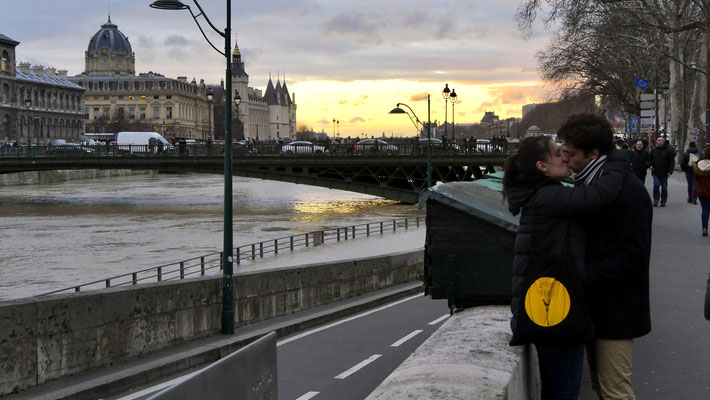 Baiser, couple, Inondation, Quai de Seine, 75004 Paris, F,