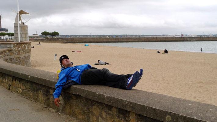 Homme qui dort, Plage, Saint Nazaire, F,  P1120356.JPG