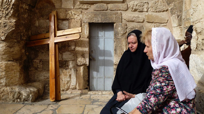 Womens with crosses, The Holy Sepulcre, 12e,  Jerusalem, Palestine, israel, Il, P1000947.JPG