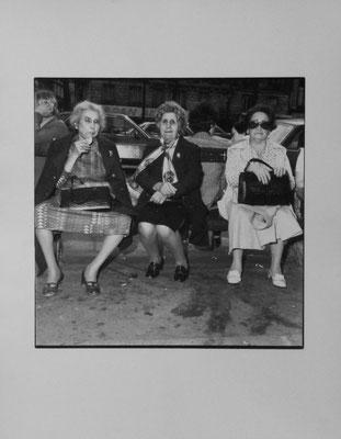 Trois femmes, Champs Elysées, Paris, F,   P1020047, 6X6