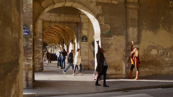 Photographe et modèle, Place des Vosges, 75004 Paris, F,