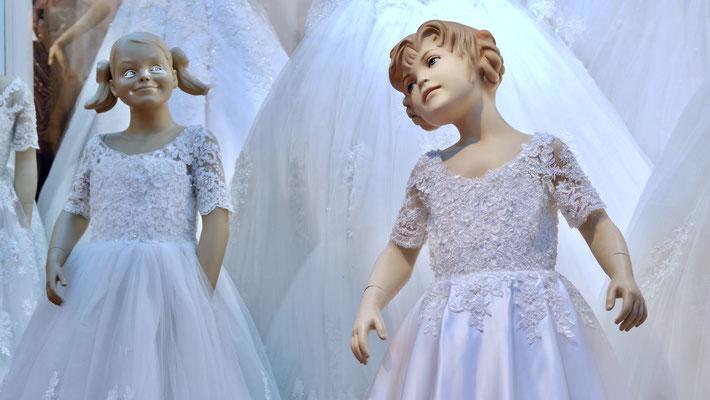 Mannequins mariage, vitrine, rue de Rocroy, 75010, Paris, F,