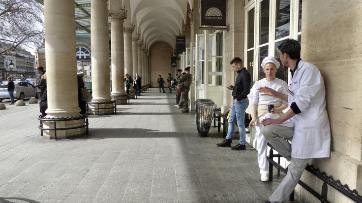 Pause cigarette, Parvis, Gare de l 'Est, 75010 Paris, F,