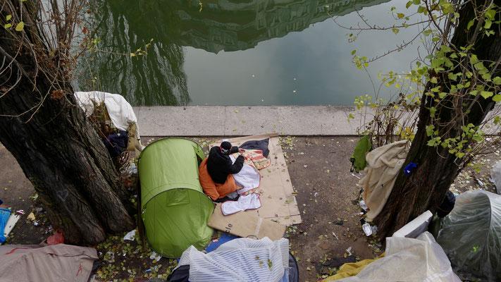 Migrant, Point Ephémère, Canal Saint Martin ,75010 Paris, F,