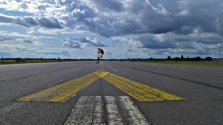Kite surfer sur piste, ancien Aéroport de Tempelhof, Berlin, D,   P1030139