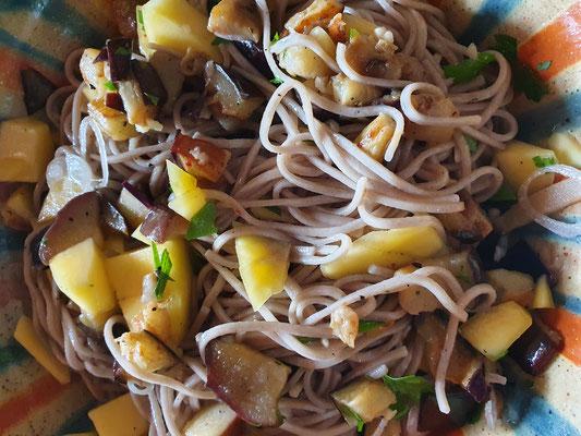 Aubergine-Mango-Nudelsalat