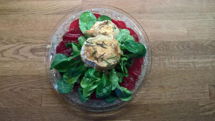 Rote Bete (ja, schon wieder) Carpaccio mit Ackersalat und überbackenem Ziegenkäse