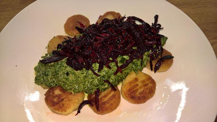 Selbstgemachte Gnocchi mit Rahm-Mangold und gerösteter Rote Beete