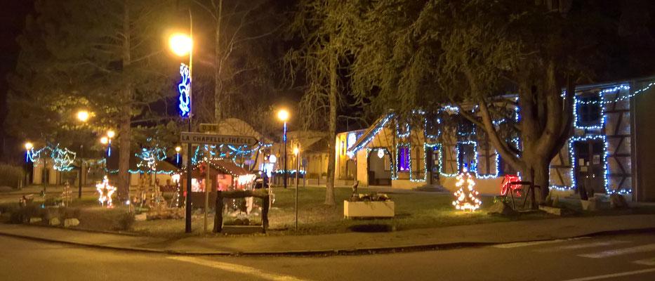 26.12 Schräge Weihnachtsbeleuchtung in Montpont