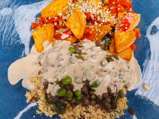 Couscous, Spinatlinsen, Gemüse mit Tahinisauce