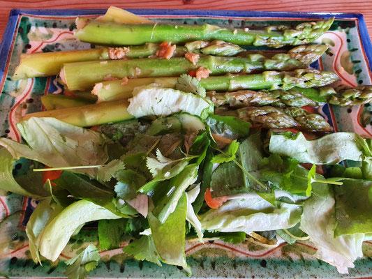 und nochmals grüner Spargel mit Salat