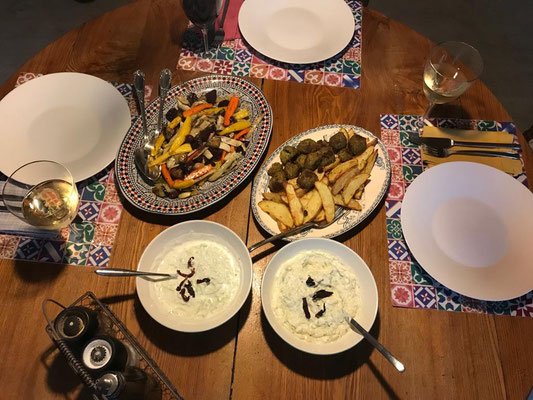 Backofengemüse mit Tzaziki und Pommes und Falafel