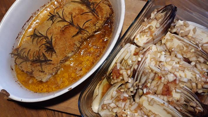 Mit Tomatensauce überbackener Kabeljau und Chicorèe à l'orange
