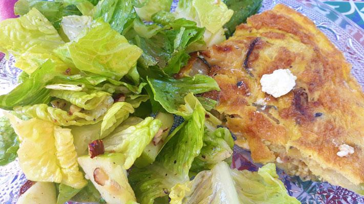 Käse-Zwiebelkuchen mit grünem Salat