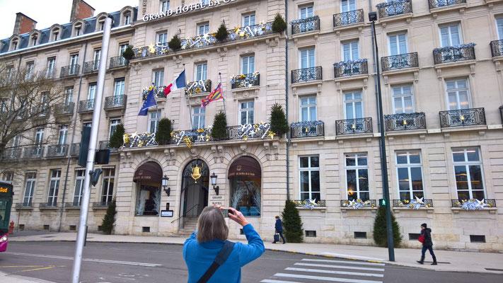 Vor dem Hotel-Restaurant Les Jardins by la Cloche im Zentrum von Dijon