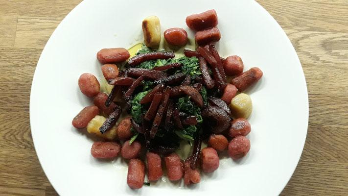 Selbstgemachte Gnocchis mit Spinat und gerösteten Rote Bete
