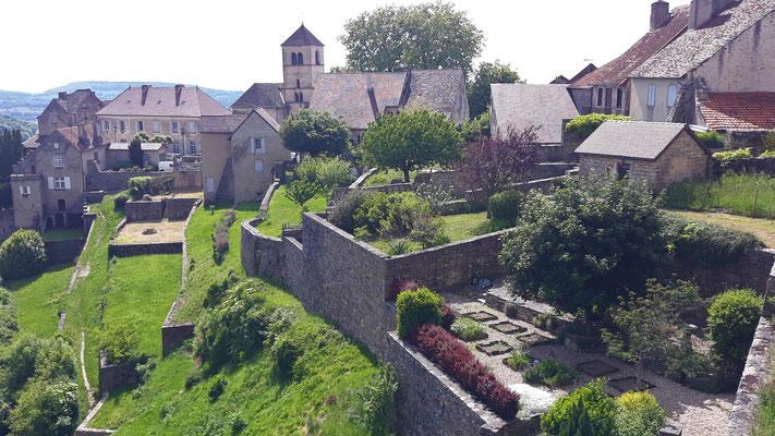bei Château-Chalon fallen die Felswände bis 200m ab