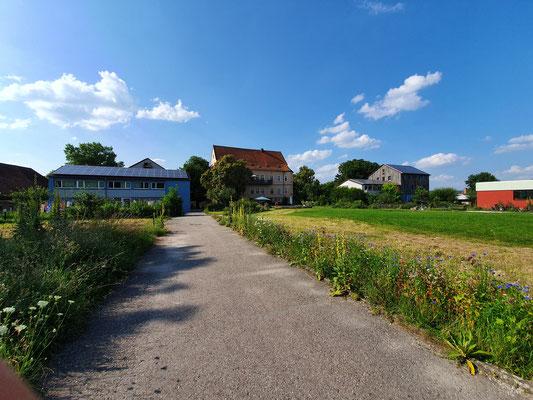 Diverse Wohnhäuser, inkl. Schlossteil in der Mitte
