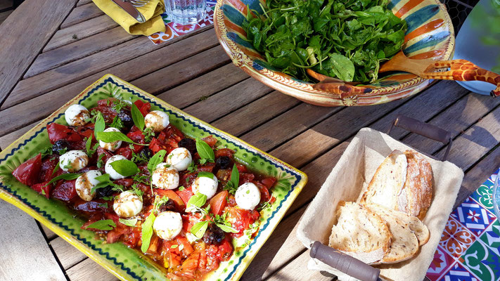 Tomatensalat und grüner Salat