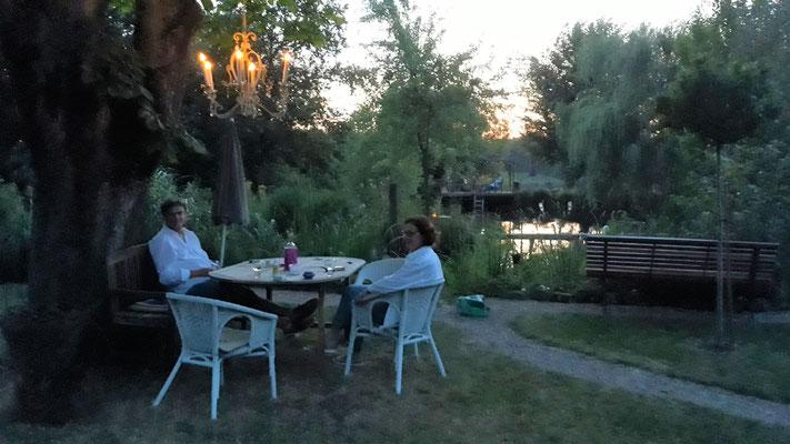 02.07. mit Brigitta und Paul unter der Kastanie mit Kerzen-Kandelaber
