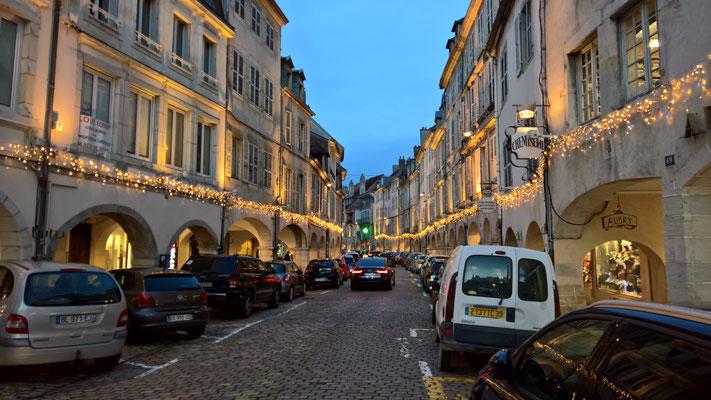 Die Arkaden von Lons-le-Saunier im weihnachtlichen Lichterglanz