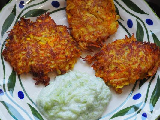Zucchini-Karotten-Bratlinge mit Gurken-Jogurth