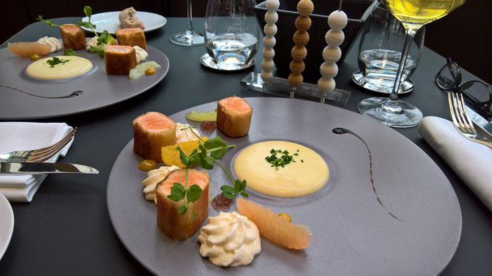 Vorspeise: Croustillant de saumon Bio / Espuma panais / Condiments aux agrumes