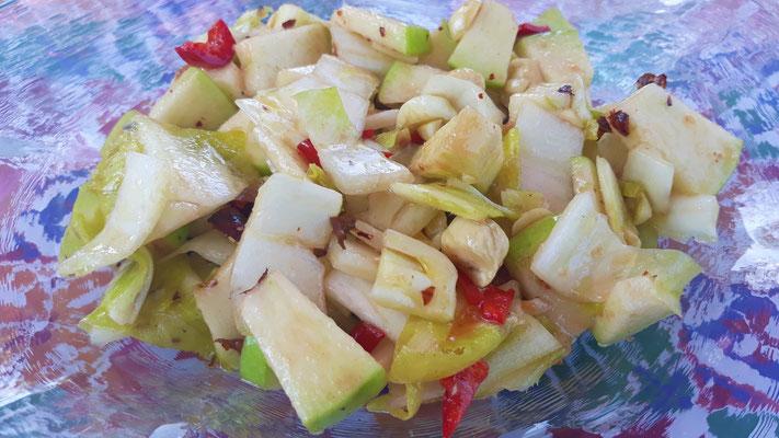 Chicorée-Salat mit Äpfeln und Nüssen