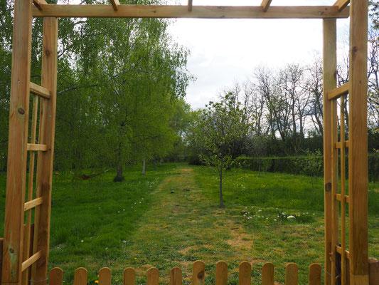 Blick durch das Gartentor