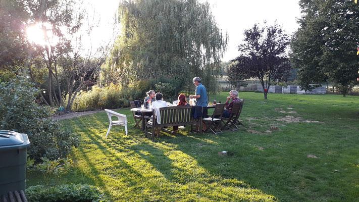 Alle zusammen an einem grossen Tisch im Garten essen - das ist jedesmal wieder so schön!