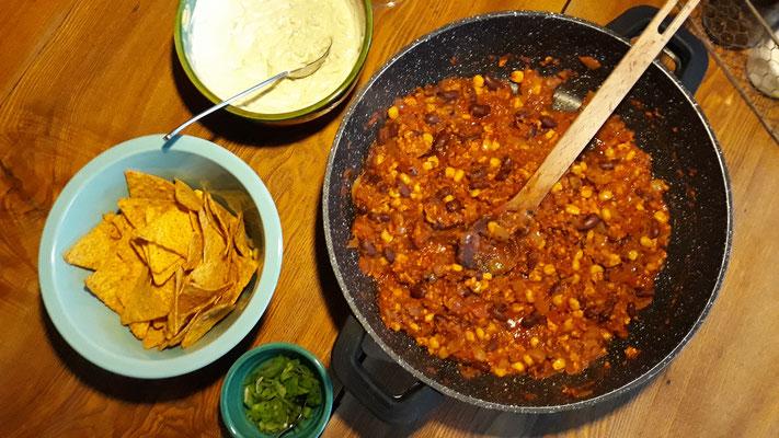 Veganes Chili con carne mit Tacos und Joghurtsauce