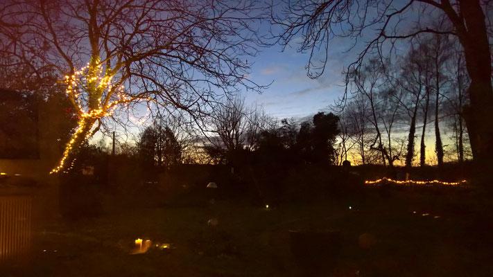 Blaue Stunde im Spiel mit den Lichtern von drinnen und draussen