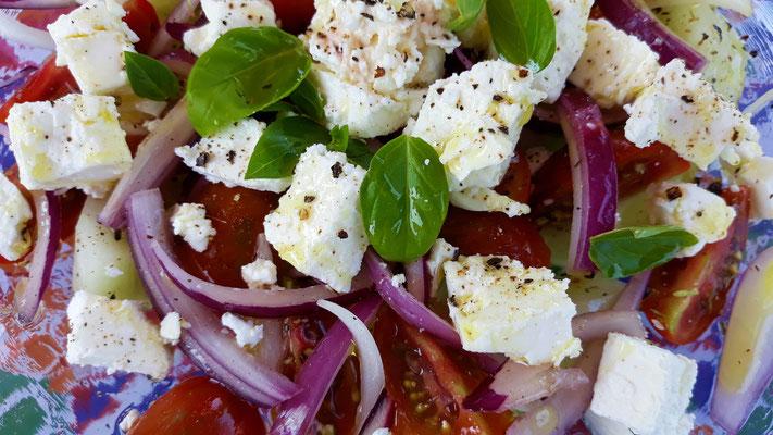 Griechischer Salat mit frischen Zutaten aus dem Gemüsegarten