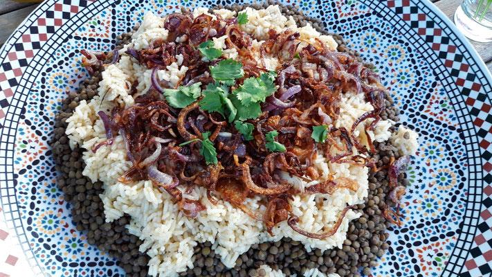 Kosheri - Leckere Geschichte mit Linsen, Reis und gerösteten Zwiebeln