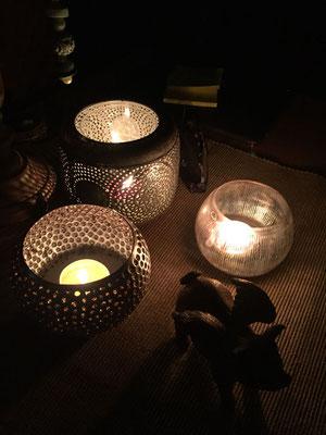 Kerzen auf dem Bistrotisch