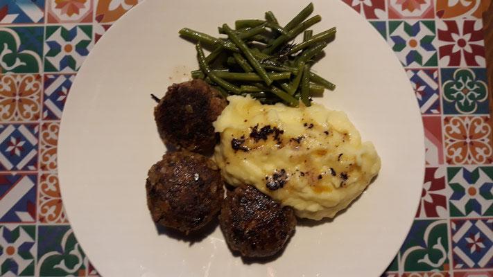 ... mit Kartoffelstock und Bohnen