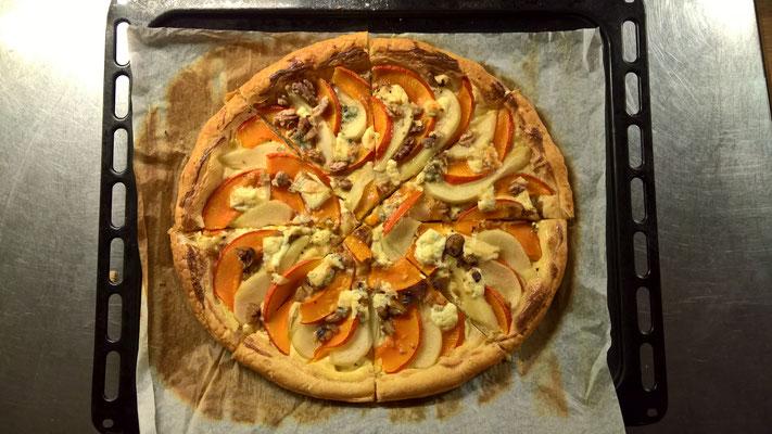 Kürbis, Birnen, Mozzarella, Gorgonzola, Honig und Baumnüsse auf Blätterteig