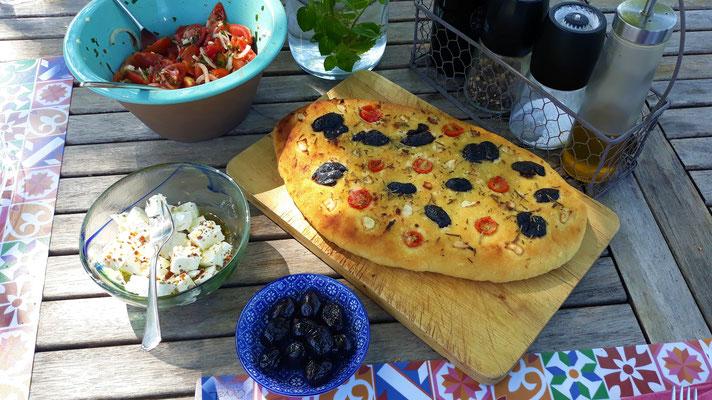 Focaccia mit Oliven, Tomaten und Feta